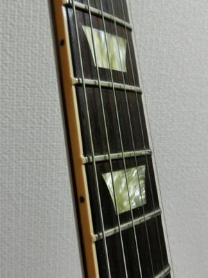 ネックは反ってないし、弦高も普通なのに弦がビビる!?