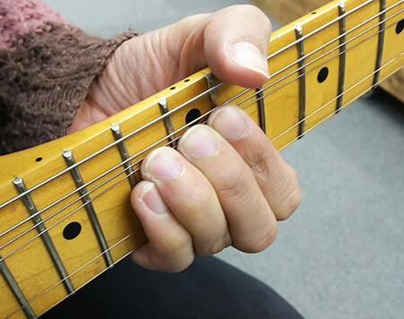 チョーキング時に隣の弦をうまくミュートするコツは?