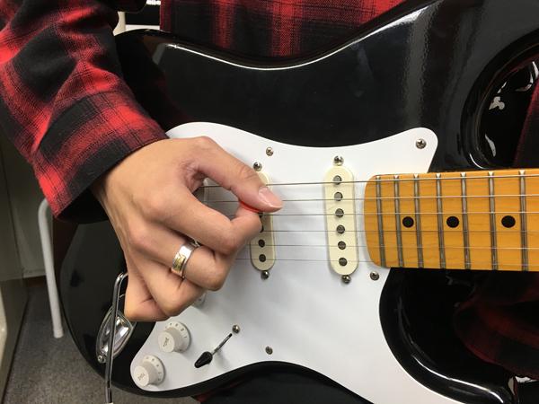 ピッキング時、右手の使わない指はどうすべき?(動画あり)