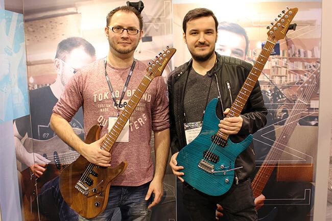 """「このギターの完成は、今夢を追っている人たち全員に伝えたいメッセージ」マーティン・ミラー&トム・クウェイルがアイバニーズ""""AZ""""シグネチュアを発表"""