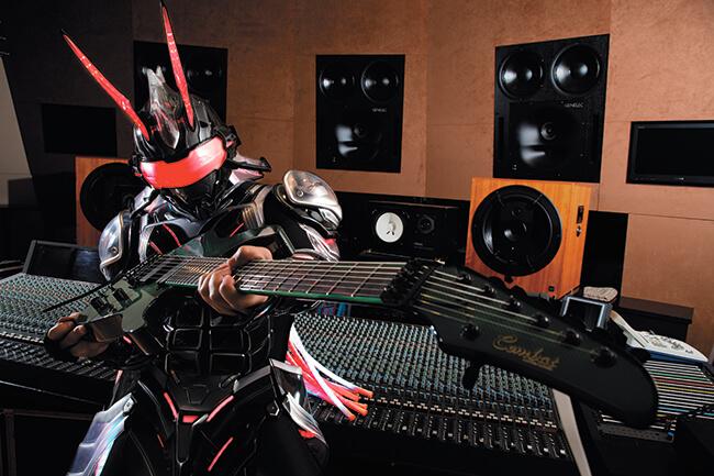 謎のスーパー・サイボーグ・ギター・ヒーローEdiee Ironbunnyのオリジナル曲「Three Shots Thruster 」プレイスルー動画をYG限定で公開!