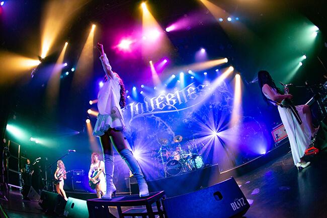 ワールドワイドで培った強靭さに可憐さも見せたLOVEBITES東京公演!