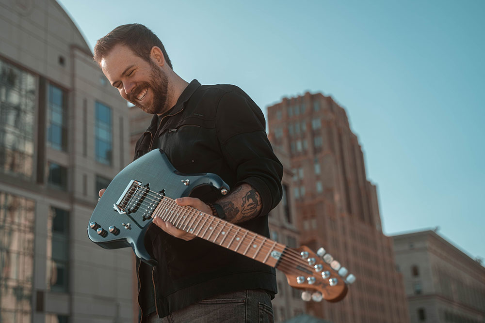 元ギャラクティック・エンパイアのクリス・ケリーが、最新ギター・インスト「Sunbreak」を発表、家族との思い出を綴るMVも公開